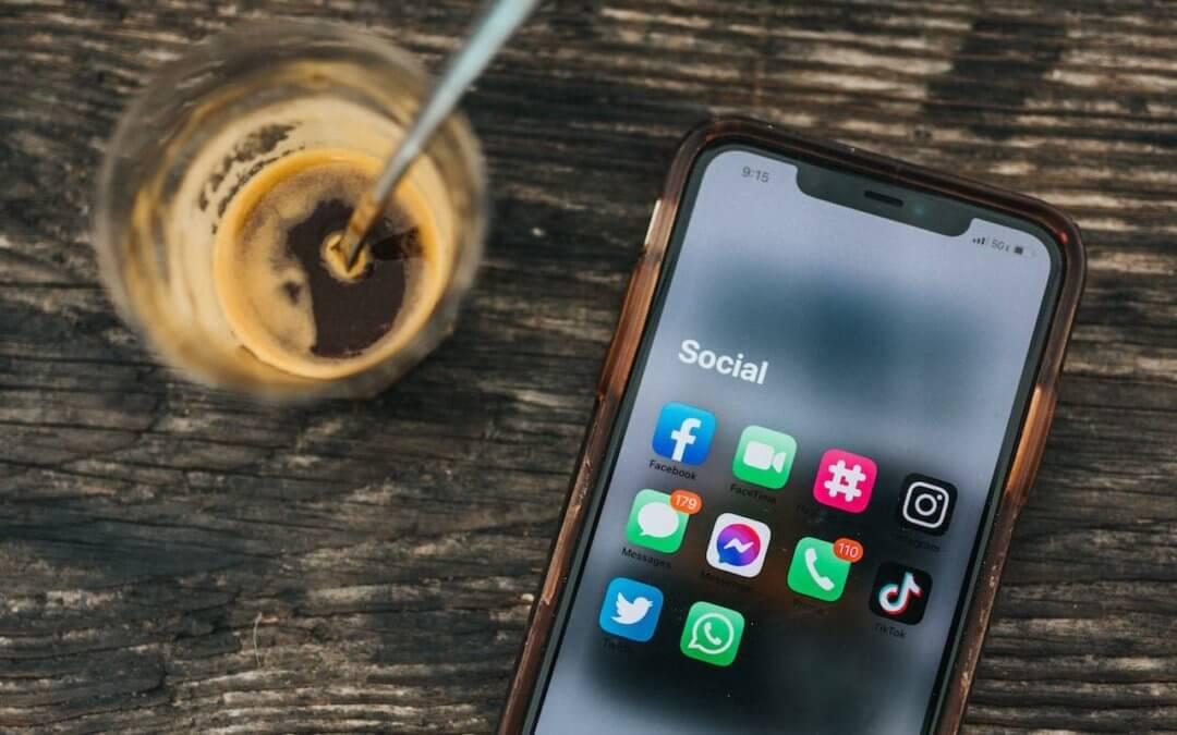 Aproveitar as plataformas de mídia social como parte de sua estratégia de marketing pode parecer bastante trabalhoso se você não tiver um planejamento de marketing vigoroso. É essencial se envolver com seu público, ser ativo, desenvolver novas estratégias e acompanhar as tendências recentes para aumentar sua presença nas redes sociais. Ao entender seu público e quais plataformas eles usam (e por quê), você pode agilizar seus esforços e garantir que está gastando seu tempo e recursos construindo o conhecimento da marca nos lugares certos. Lembre-se; o que funciona para uma empresa pode não funcionar para outra, por isso é essencial entender os objetivos da sua marca.